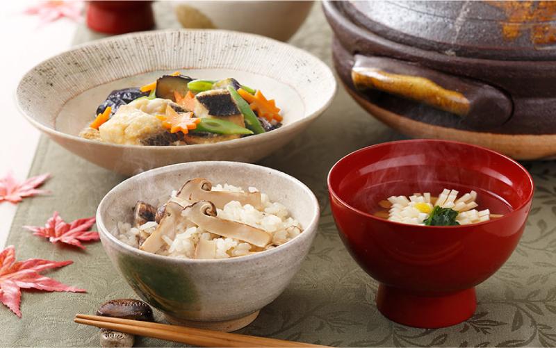 香りの豊かさ、食感が食欲をそそります!土鍋で炊く松茸ごはん