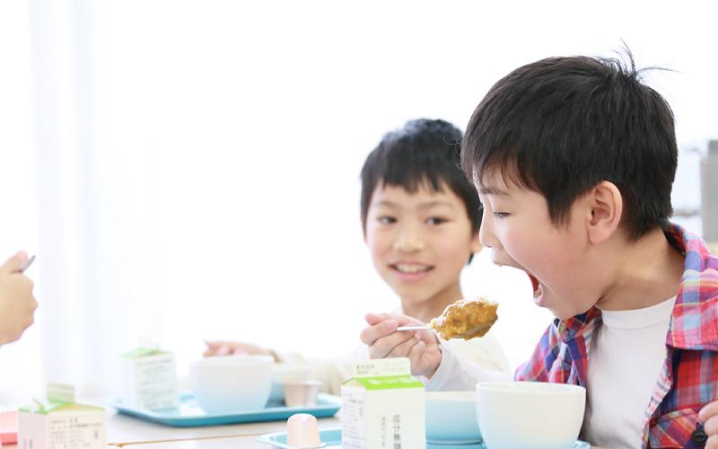 写真:学校給食を食べる子ども